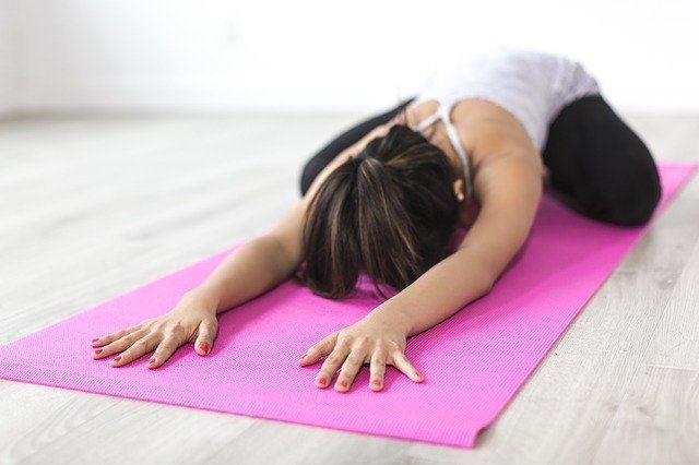 Comment la pratique du yoga au quotidien peut aider à soulager les douleurs du corps.